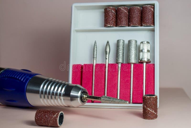钉子艺术辅助部件,与修指甲的静物画 免版税库存照片