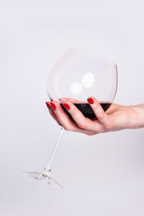 钉子设计 有明亮的红色春天修指甲的手在灰色背景 关闭女性手 艺术钉子 E 免版税库存照片