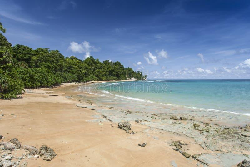 钉牢与白色云彩的海岛蓝天,安达曼群岛,印度 图库摄影