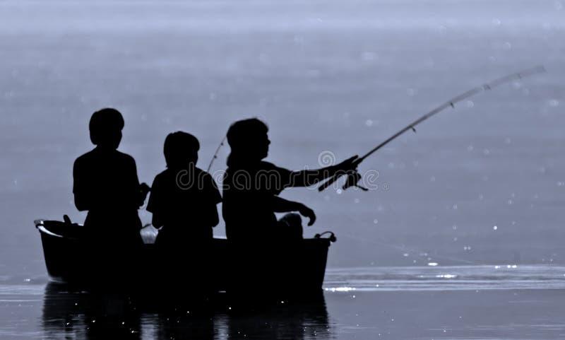 钓鱼三的男孩 免版税库存图片
