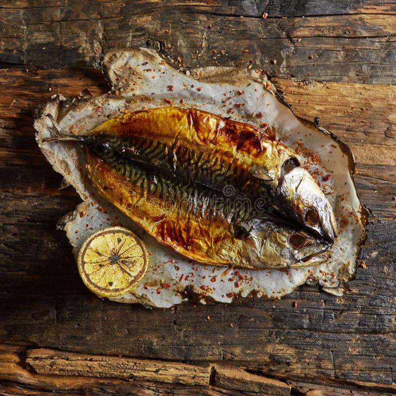 钓鱼与在羊皮纸的石灰在黑木背景 顶视图 图库摄影