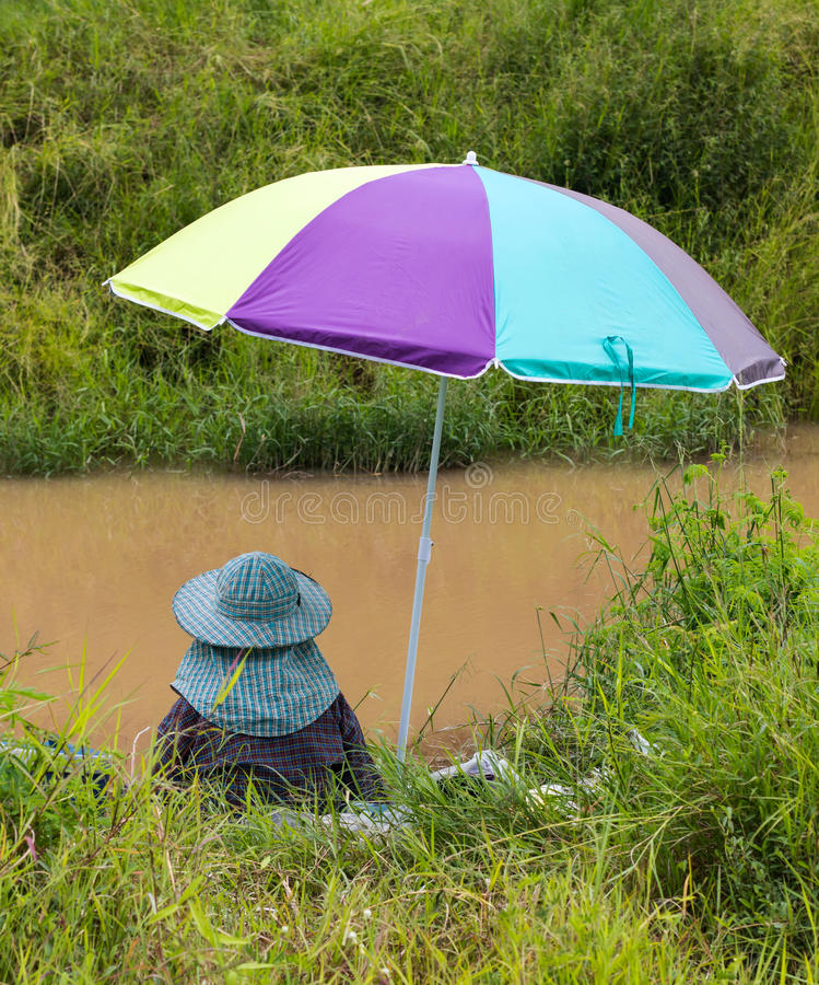 钓鱼五颜六色的伞 免版税库存图片