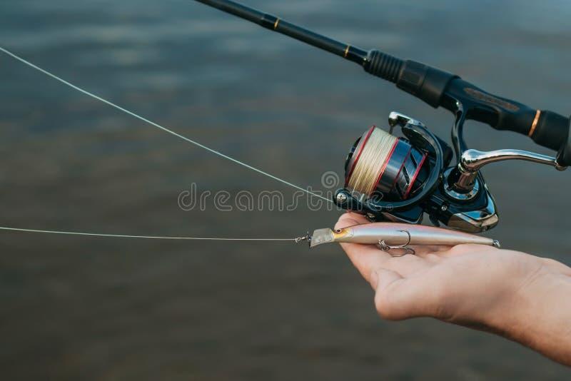 钓鱼从岸的鱼用棍子,关闭 库存图片