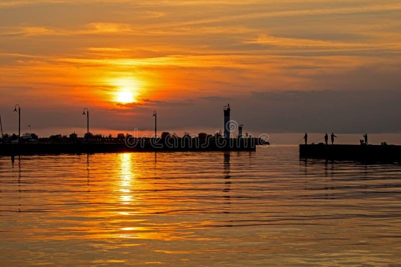 钓鱼从码头在日出在Bronte,安大略,加拿大 库存图片