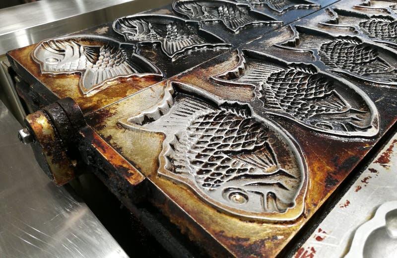 钓鱼从金属的模子做的薄煎饼点心J 免版税库存照片