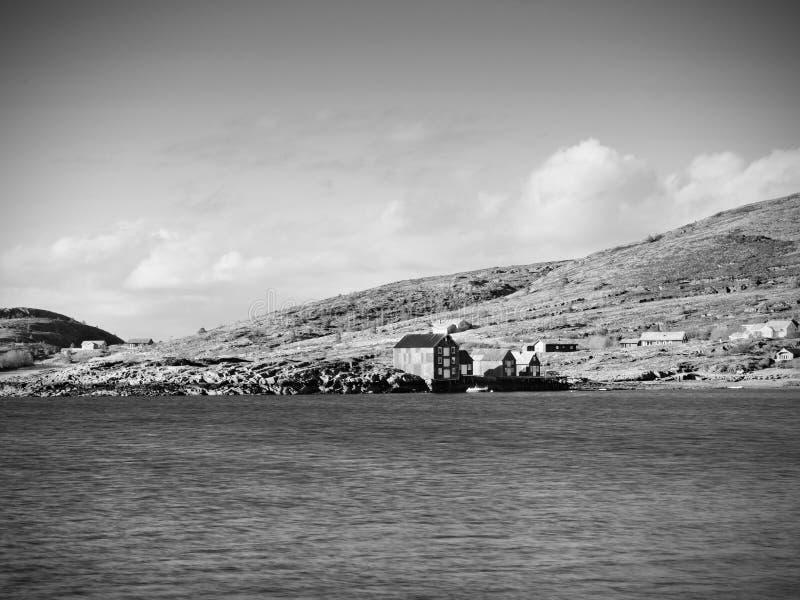 钓鱼传统村庄 在海岸的村庄在岩质岛上 走路红色白色的大厦 免版税图库摄影