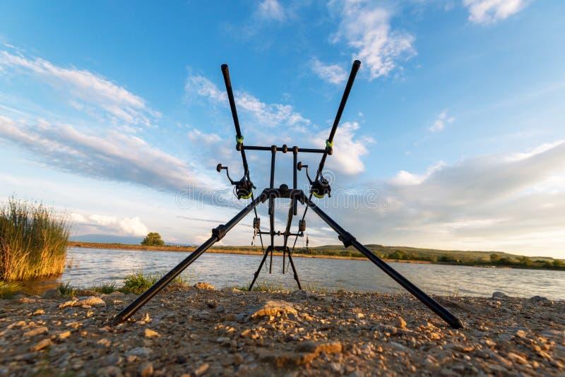 钓鱼冒险 在日落的鲤鱼钓鱼 库存照片