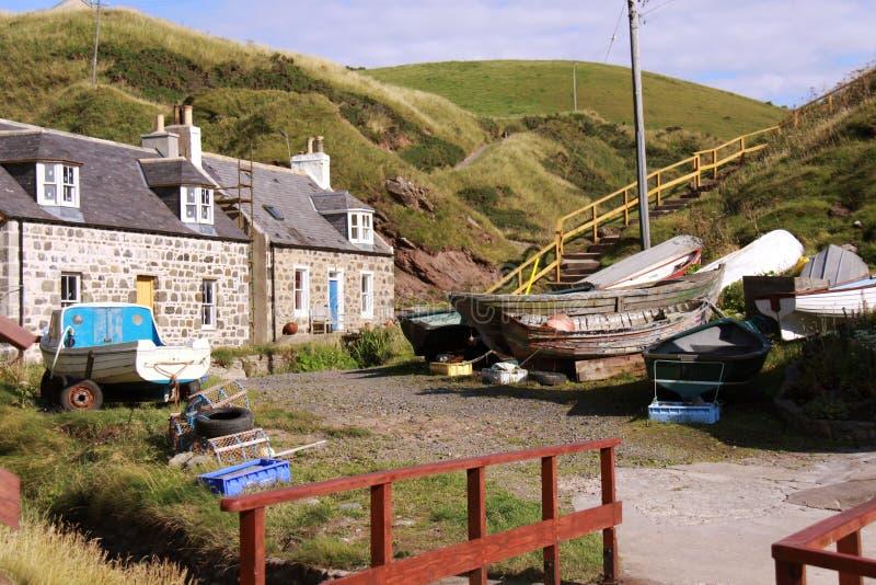 钓鱼古雅苏格兰村庄的crovie 库存图片