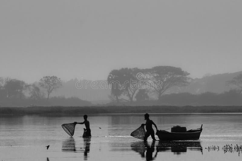 钓鱼在一个冬天早晨 图库摄影