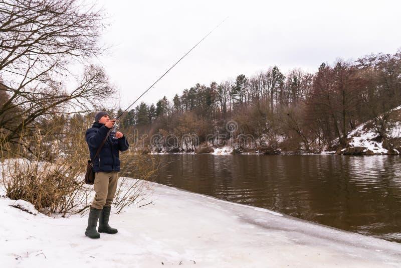 钓鱼在一个转动的冬天 库存图片