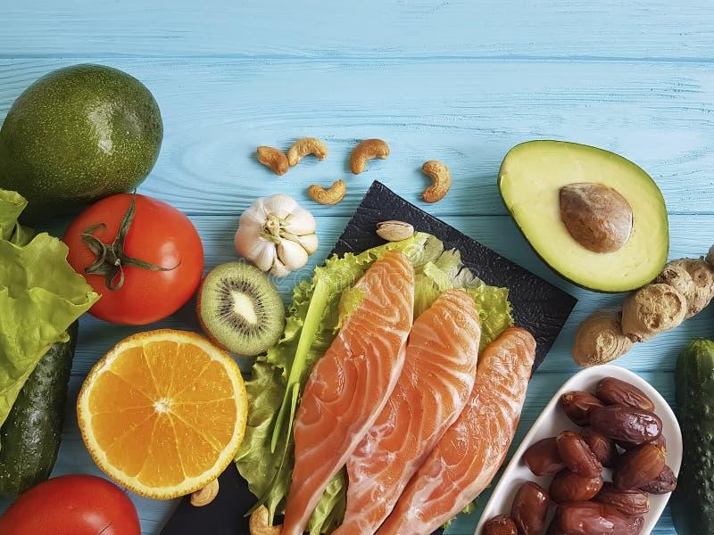 钓鱼在不同蓝色木的背景的三文鱼吃晚餐健康 库存图片