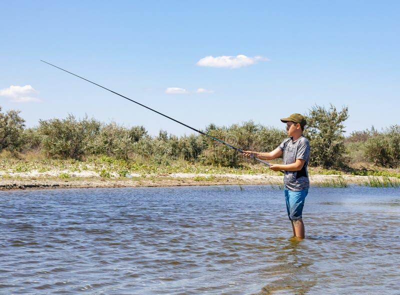 钓鱼在多瑙河的男孩 库存照片