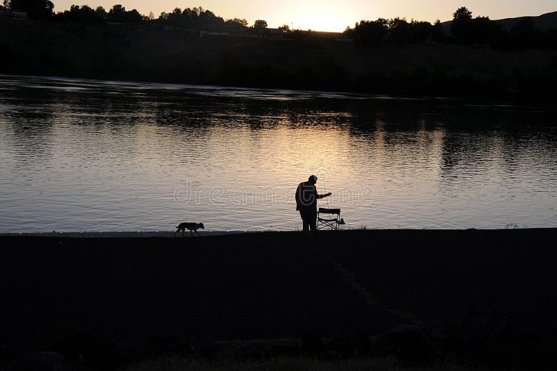 钓鱼在斯内克河的人们 免版税库存照片