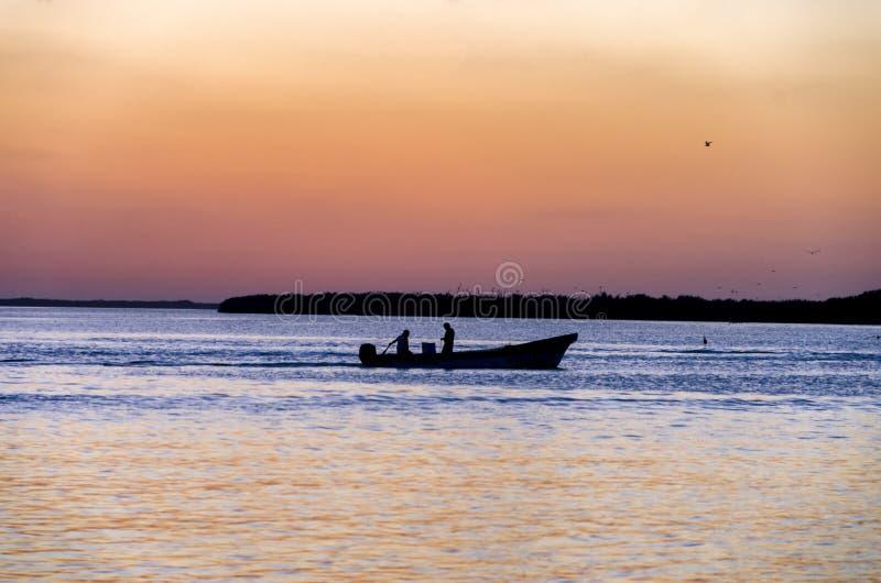 钓鱼在日落的人在里约拉加托斯 免版税库存照片