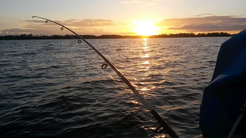 钓鱼在日落 免版税库存照片