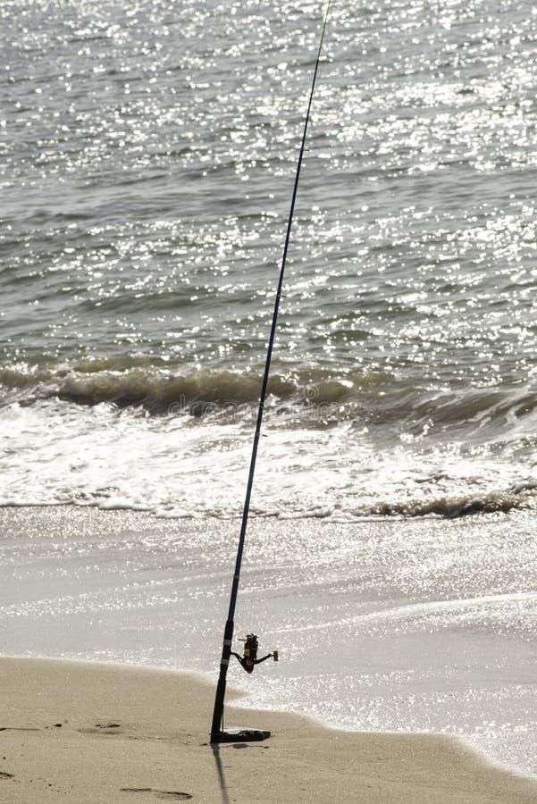 钓鱼在海滩、海、海洋,单独,标尺和滑车,天 库存图片