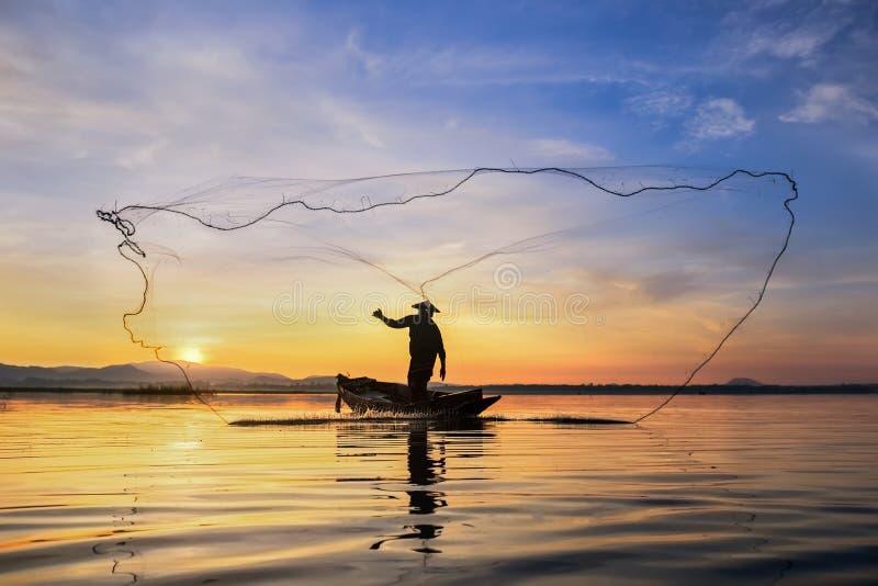 钓鱼在清早的渔夫 免版税库存图片