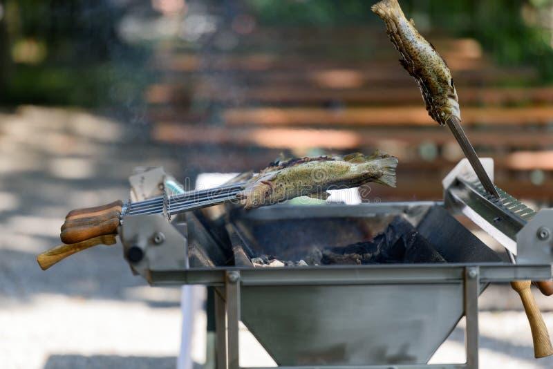钓鱼在热-在格栅的德语Steckerlfisch 库存图片