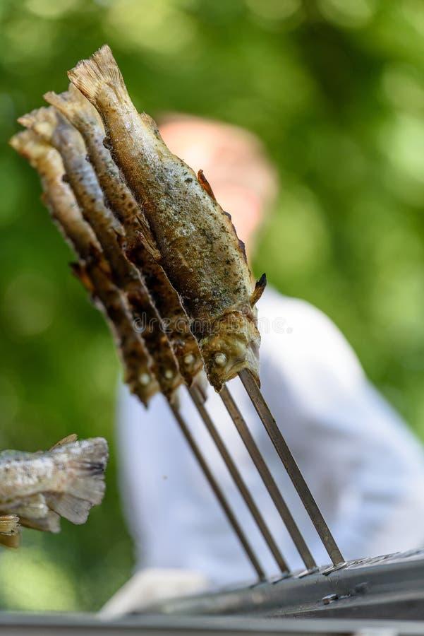 钓鱼在热-在格栅的德语Steckerlfisch 免版税图库摄影