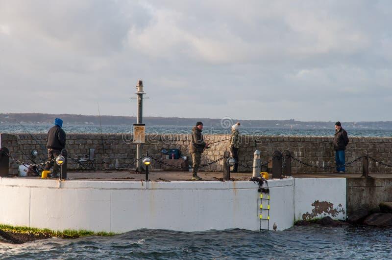 钓鱼在码头 免版税库存照片