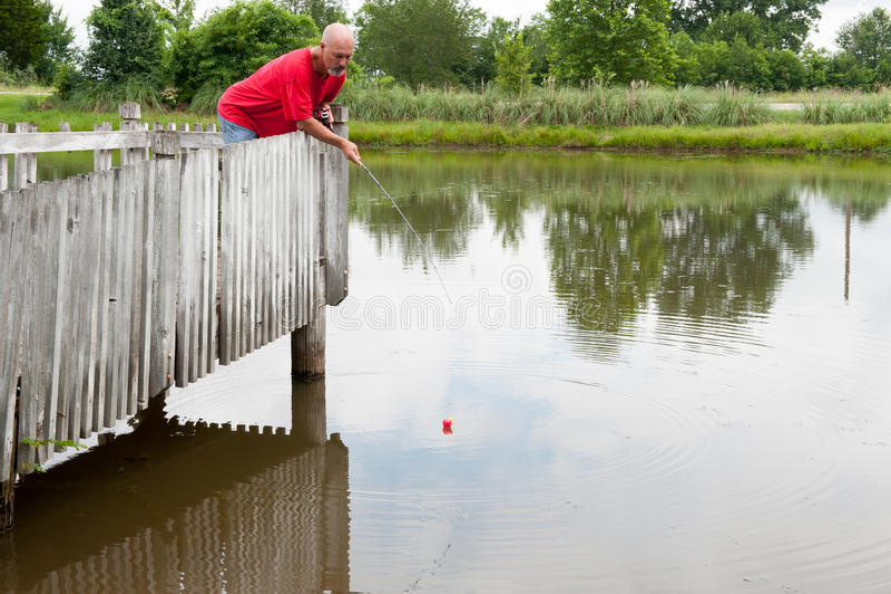 钓鱼在码头 免版税库存图片