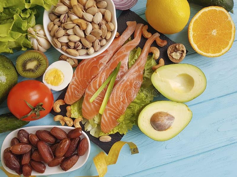 钓鱼在蓝色木背景健康食物的三文鱼沙拉健康柠檬养料Ω 3鲕梨 免版税库存图片