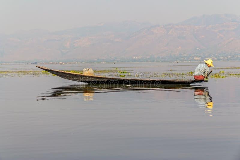 钓鱼在Inle湖 库存图片