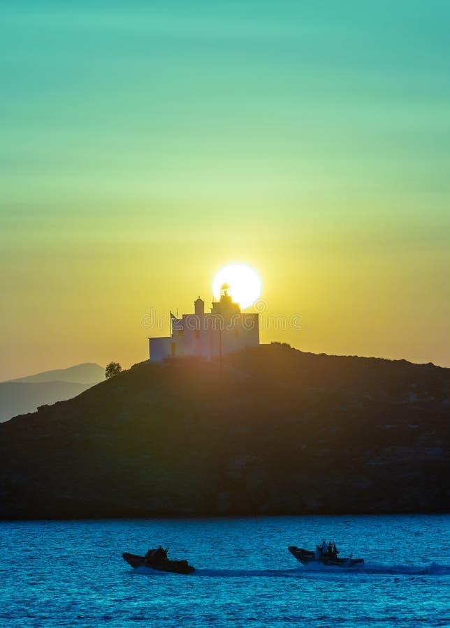 钓鱼地中海净海运金枪鱼的偏差 美好的日落和一座灯塔在Kea海岛,希腊 库存图片