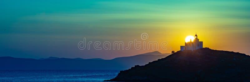 钓鱼地中海净海运金枪鱼的偏差 美好的日落和一座灯塔在Kea海岛,希腊 免版税图库摄影