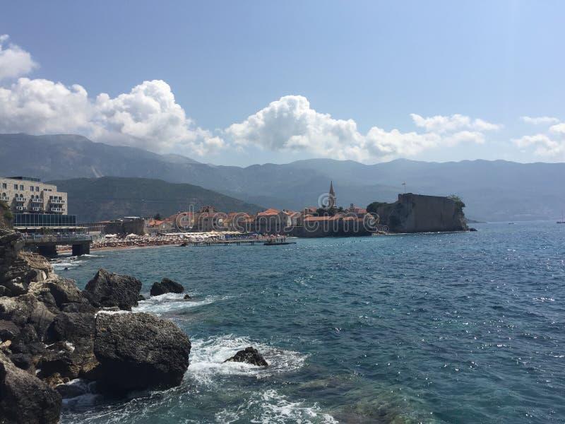 钓鱼地中海净海运金枪鱼的偏差 budva montenegro老城镇 免版税库存照片