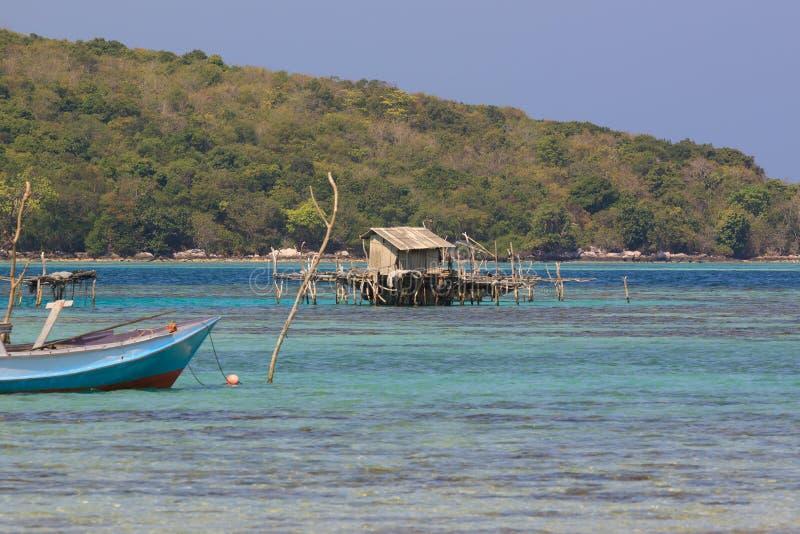钓鱼小屋的一点在离Karimunjawa原始海岸,Java,印度尼西亚的附近 库存图片