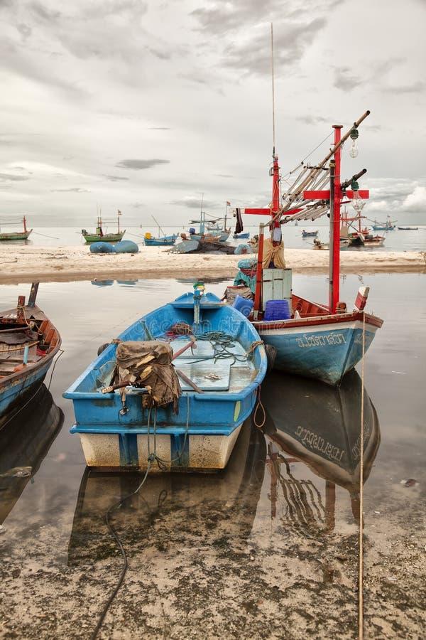 钓鱼岸的小船 库存图片