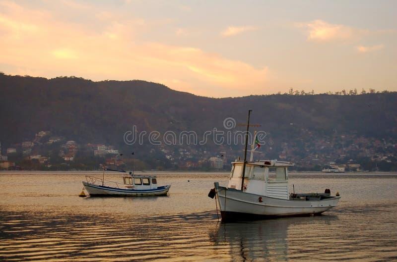 钓鱼日出的小船 免版税库存图片