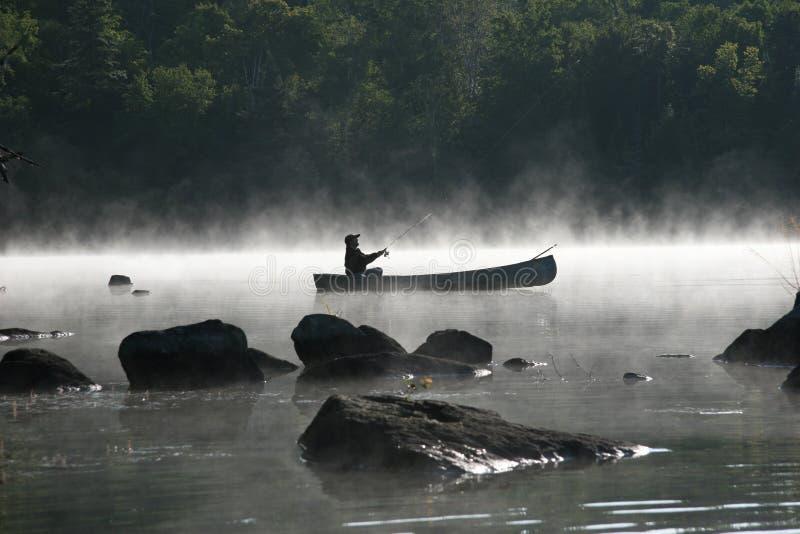 钓鱼有薄雾的早晨 免版税库存图片