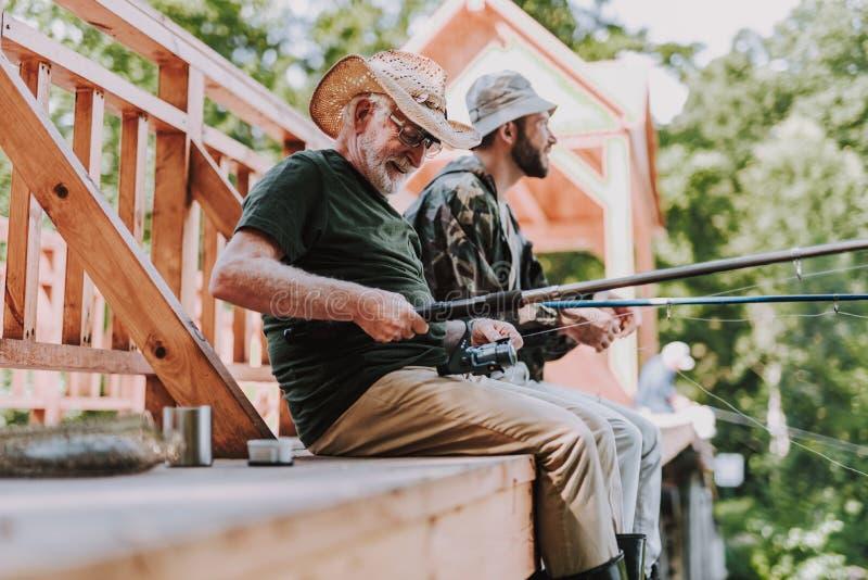 钓鱼正面年迈的人在周末 免版税库存图片