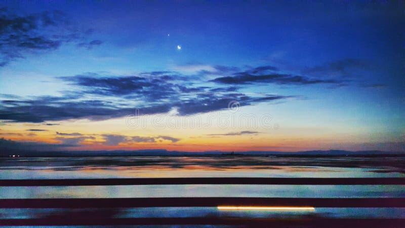 钓鱼海运海鸥天空的小船腾飞日出 图库摄影