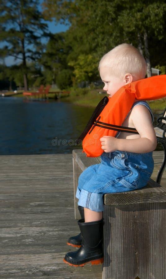 钓鱼由小男孩的预期 免版税库存图片