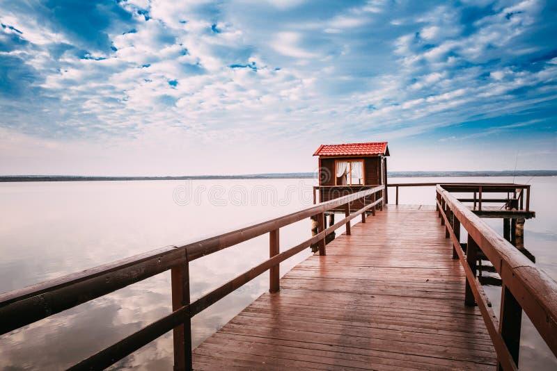 钓鱼的,小木美丽的木码头 免版税库存图片