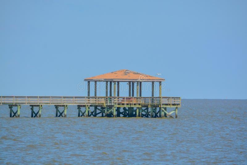 钓鱼码头的吉姆辛普森Sr在格尔夫波特,哈里森县密西西比,墨西哥湾美国 免版税库存照片