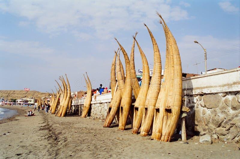 钓鱼秘鲁芦苇的小船 库存图片