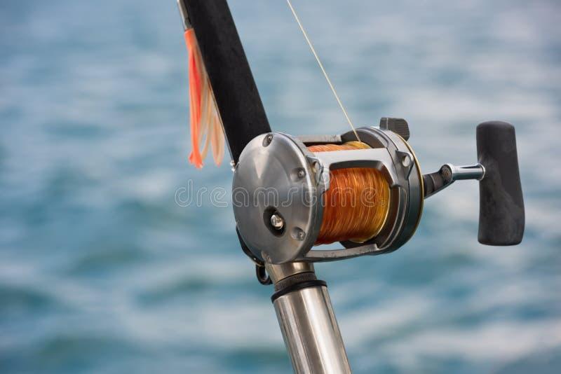 钓鱼竿和卷轴在小船 免版税库存图片