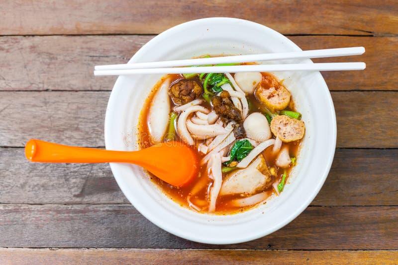 钓鱼线面条用海鲜汤和红色调味汁 免版税库存照片