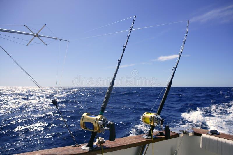 钓鱼者大小船捕鱼比赛盐水 免版税图库摄影