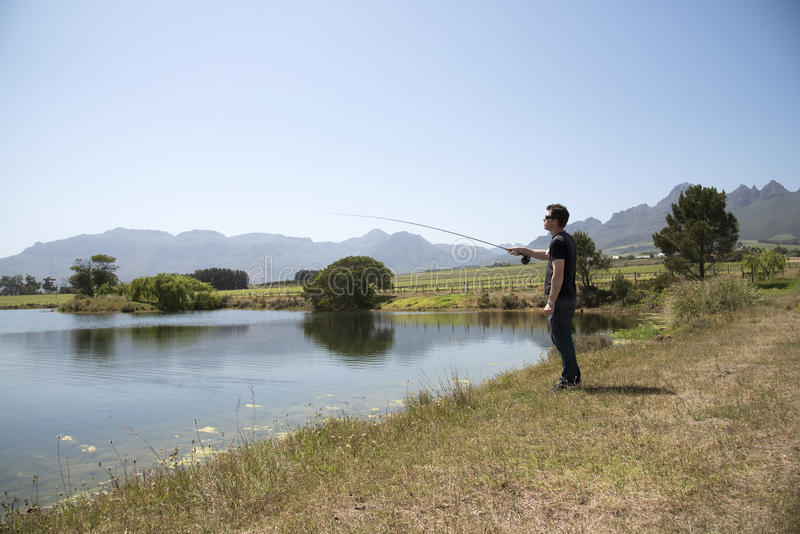 钓鱼者用假蝇钓鱼南非 免版税库存照片