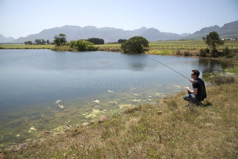 钓鱼者用假蝇钓鱼南非 免版税库存图片