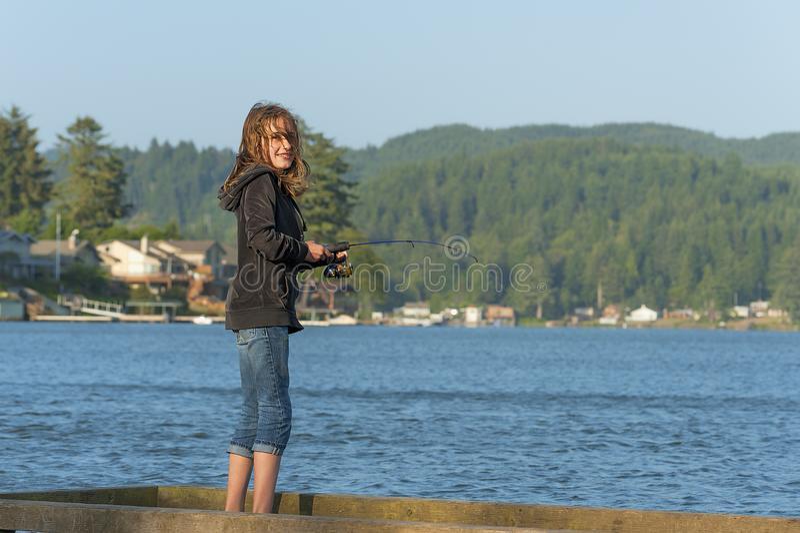 钓鱼船坞的女孩 免版税库存照片
