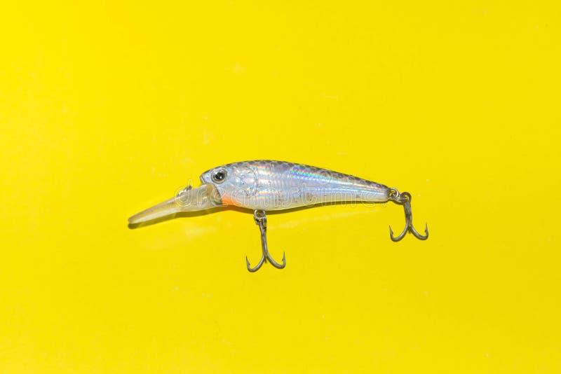 钓鱼辅助部件,苏达克,俄罗斯,2018年4月26日:钓鱼的匙子baiters在黄色背景 库存图片