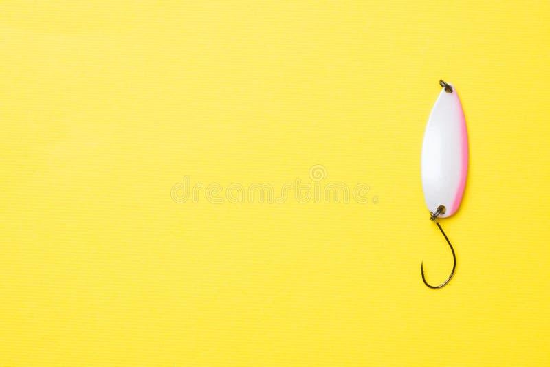 钓鱼钩和诱饵在一个集合抓的另外鱼在黄色背景与拷贝空间 r 库存图片