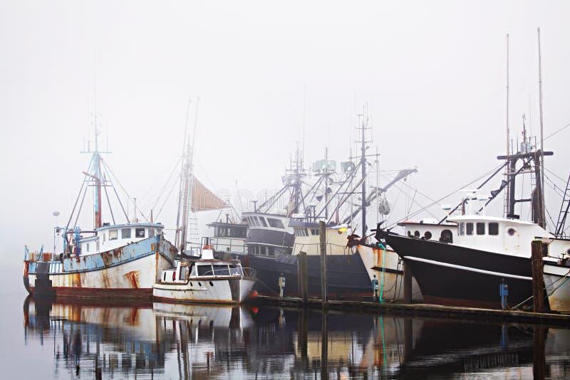 钓鱼雾港口的小船 免版税图库摄影