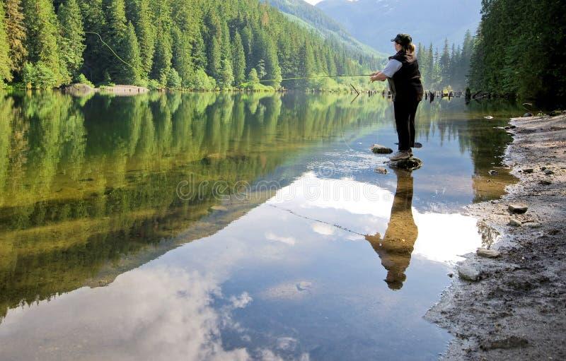 钓鱼飞行湖妇女 库存照片